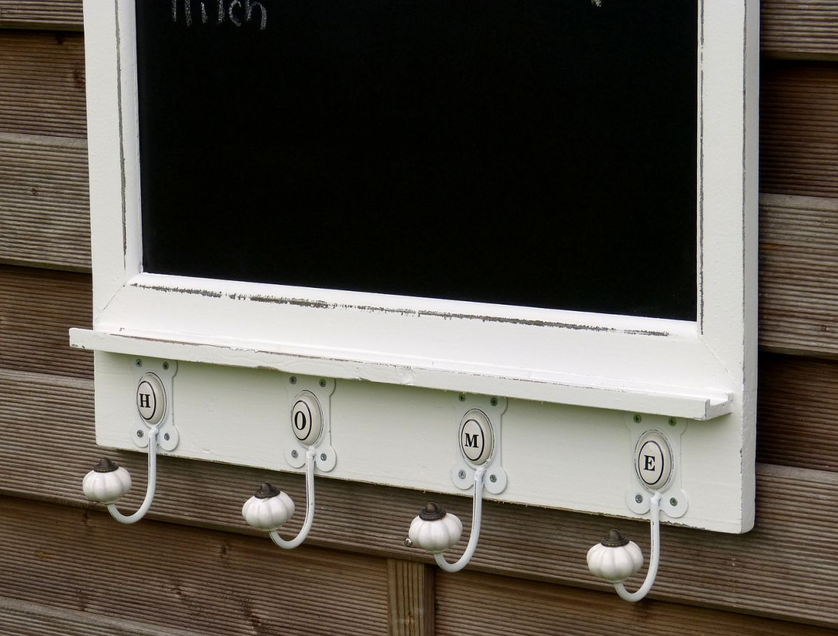 grosse kreidetafel mit 4 haken garderobe wandgarderobe. Black Bedroom Furniture Sets. Home Design Ideas